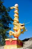 Dragão dourado da porcelana com a coluna vermelha de baixo de Foto de Stock Royalty Free