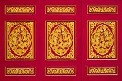 Dragão dourado na madeira no templo chinês Fotos de Stock