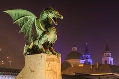 Dragão na ponte do dragão e na catedral Fotografia de Stock Royalty Free