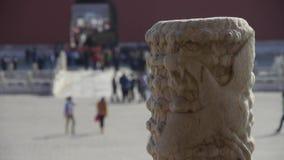 Dragão & nuvem que cinzelam o totem na Cidade Proibida, a arquitetura real de China video estoque