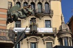 Dragão que guarda uma lâmpada de rua na casa do guarda-chuva imagens de stock royalty free