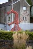 Dragão vermelho do metal em Carmarthen em Gales ocidental sul fotografia de stock royalty free
