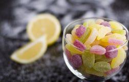Dragées à la gelée de sucre aigres dans la tasse en verre Photographie stock libre de droits