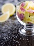 Dragées à la gelée de sucre aigres dans la tasse en verre Photos libres de droits