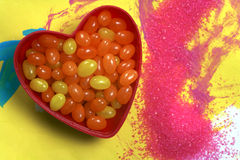 Dragées à la gelée de sucre dans la cuvette de coeur image libre de droits
