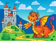 Dragón anaranjado feliz cerca del castillo Fotografía de archivo libre de regalías
