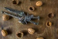 Dragón antiguo del cascanueces con las nueces fotos de archivo libres de regalías