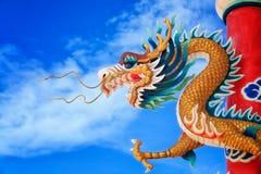 Dragón chino de oro gigante Foto de archivo