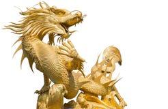 Dragón chino de oro gigante en fondo del aislante Foto de archivo libre de regalías