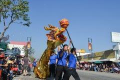 Dragón chino durante 117o Dragon Parade de oro Foto de archivo