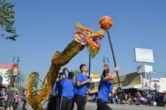 Dragón chino durante 117o Dragon Parade de oro Fotos de archivo libres de regalías