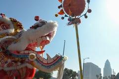 Dragón chino durante 117o Dragon Parade de oro Imágenes de archivo libres de regalías