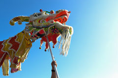 Dragón chino durante 117o Dragon Parade de oro Foto de archivo libre de regalías