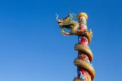 Dragón chino en fondo hermoso del cielo Fotos de archivo libres de regalías