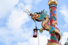 Dragón chino en fondo hermoso del cielo Imagen de archivo
