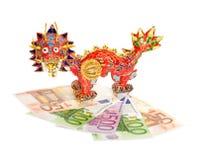 Dragón chino en los euros aislados Imagen de archivo