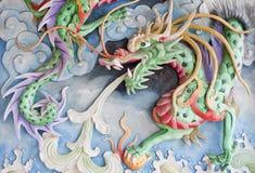 Dragón chino en pared oriental del templo Fotografía de archivo