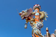Dragón chino en polo de la lámpara Foto de archivo