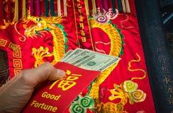 Dragón chino y sobre o bao rojo de hong durante Año Nuevo chino en China y Taiwán Imágenes de archivo libres de regalías