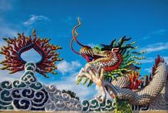 Dragón colorido en el templo Foto de archivo libre de regalías