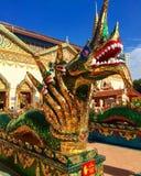 Dragón colorido fuera del templo budista Fotos de archivo libres de regalías