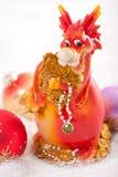 Dragón con las decoraciones de la Navidad. Foto de archivo libre de regalías
