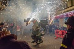 Dragón con los fuegos artificiales en Canet de marcha Foto de archivo libre de regalías