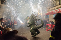 Dragón con los fuegos artificiales en Canet de marcha Imagenes de archivo