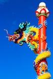 Dragón con un cielo azul Imagenes de archivo