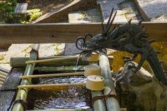 Dragón de agua japonés en un pabellón del agua en una capilla sintoísta en Nara para purificar sus manos y boca Imagenes de archivo