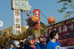 Dragón de Chienese durante 117o Dragon Parade de oro Imagen de archivo