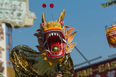Dragón de Chienese durante 117o Dragon Parade de oro Fotos de archivo