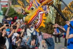 Dragón de Chienese durante 117o Dragon Parade de oro Imágenes de archivo libres de regalías
