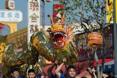 Dragón de Chienese durante 117o Dragon Parade de oro Imagen de archivo libre de regalías