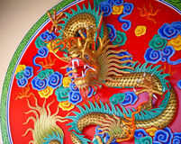 Dragón de China del oro con cierre encima de la visión Foto de archivo
