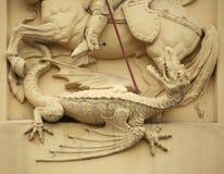 Dragón de la matanza de San Jorge Decoración del estuco Fotos de archivo libres de regalías
