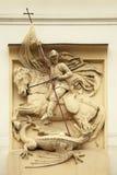 Dragón de la matanza de San Jorge Decoración del estuco en los BU de Art Nouveau Imagenes de archivo