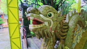 Dragón de madera decorativo por pasos al templo budista almacen de metraje de vídeo