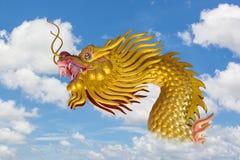 Dragón de oro chino Imagenes de archivo