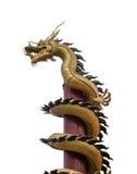 Dragón de oro envuelto alrededor de polo de madera imagen de archivo libre de regalías