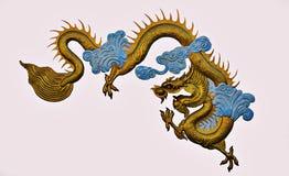 Dragón de oro hecho de aislante del yeso en el fondo blanco Foto de archivo libre de regalías