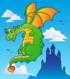 Dragón del cuento de hadas que vuela cerca del castillo Foto de archivo libre de regalías