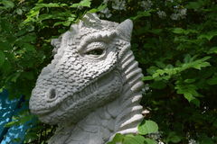Dragón del jardín que muestra sus dientes Foto de archivo