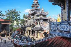 Dragón del mosaico de Linh Phuoc Pagoda en el lat de DA, Vietnam foto de archivo