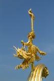 Dragón del niño y del caballo de la estatua del oro Foto de archivo