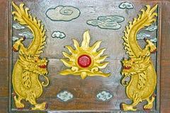 Dragón del oro dos en la madera marrón, Foto de archivo libre de regalías