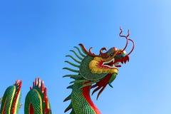 Dragón en el cielo azul Fotografía de archivo