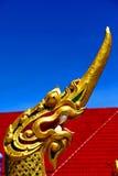 dragón en la incisión de Tailandia del templo del oro de Buda imagenes de archivo