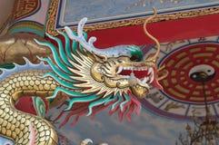 Dragón en loof en el templo de China Fotografía de archivo