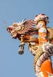 Dragón en pilar con el fondo del cielo Imagen de archivo